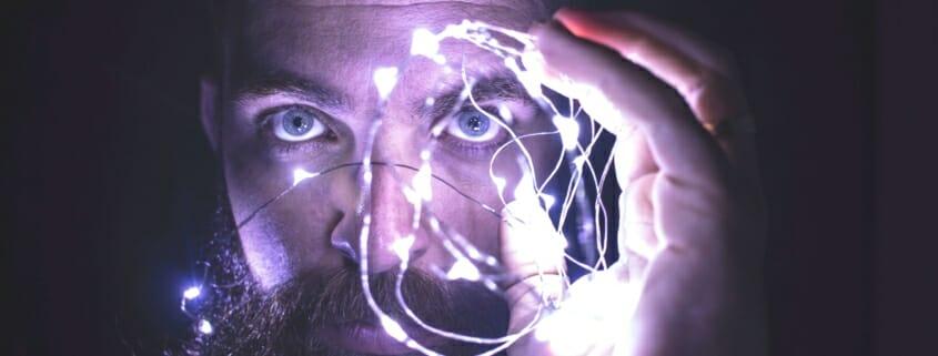 Mann mit Lichterkette in der Hand